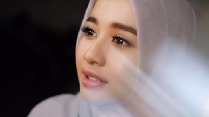 Laudya Cynthia Bella - Lebih Cantik Mantan Raffi Ahmad atau Background Fotonya? Yuk, Lihat