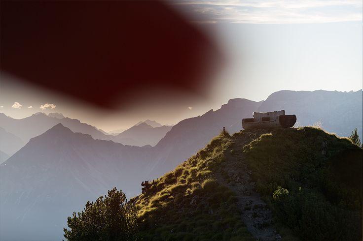 Das heutige Beitragsbild zeigt eine aus einem Baumstamm geschlagene Couch, die sich auf demGratlspitz auf 1899m Seehöhe befindet. Die sogenannte Gratlspitze ist Teil der Kitzbühler Alpen und liegt zwischen den Hochtälern Wildschönau und Alpbachtal. Die Tiroler Bergwelt ist unfassbar faszinierend!Mir bot sich letzten Sommer die Gelegenheit, während eines beruflichen Aufenthalts in Alpbach einen Abstecher auf einen der Gipfel zu unternehmen, um ein paar Bilder im Sonnenuntergang zu machen…
