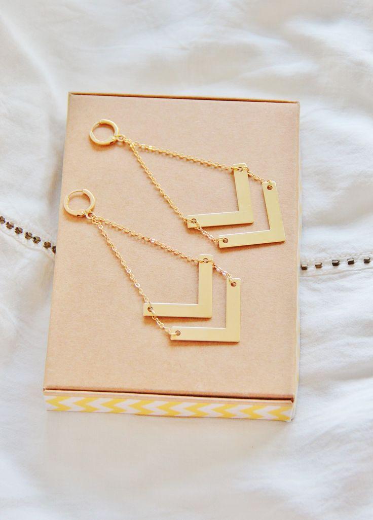 Boucles d'oreilles double triangle / chevron en laiton brut (doré), idée cadeau, bijou fin, ethnique chic, été : Boucles d'oreille par myo-jewel
