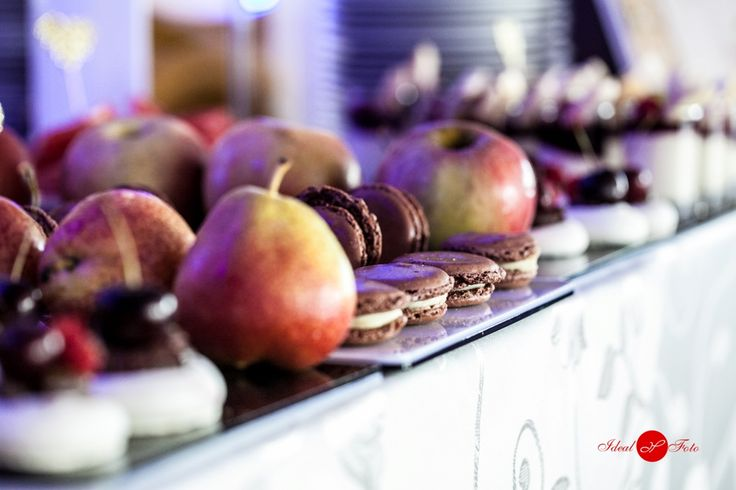 Bezele cu ganaj si fructe si macaroane cu crema de vanilie. Belvedere Events Center, Restaurant, Brasov 2016. Belvedere. Evenimente. Nunta. Botez. Candybar. Tarte. Fructe.