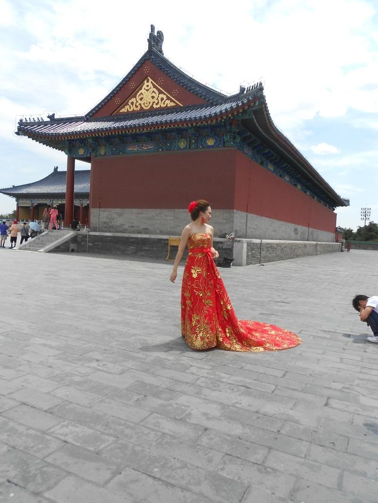 Pechino - tempio del cielo. Sposa cinese in rosso, il loro colore per il matrimonio    Bejing - Sky temple - Chinese bride in red