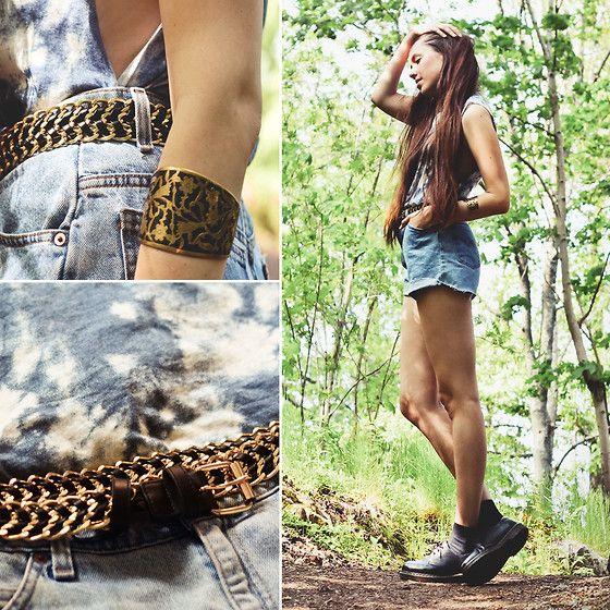 Gina Tricot Top, Indiska Bracelet, Gina Tricot Belt, Levi's Shorts, Dr. Martens Shoes