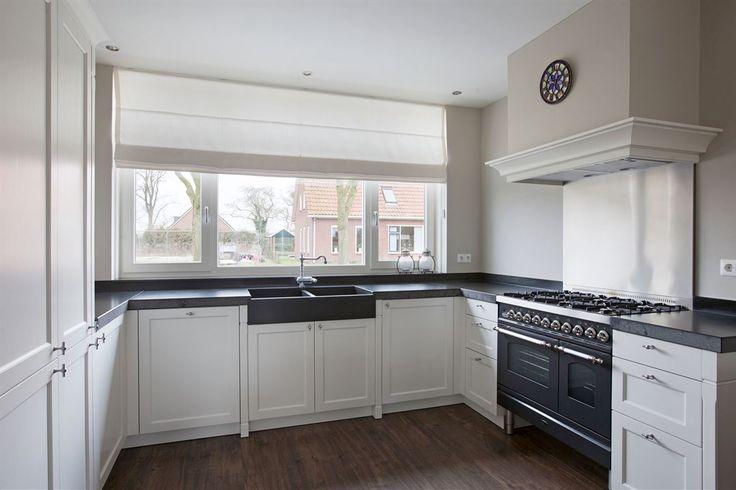 Witte u-keuken in klassieke stijl