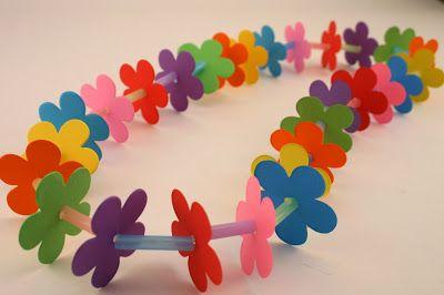 Zomer kinderknutselwerk: papieren bloemenketting. Materiaal rietjes, papier en draad (alleen foto) Summer Kids Craft Paper Lei - Pebbles in my Pocket