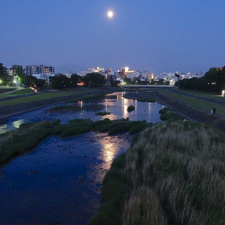犀川御影大橋から望む月 晩春の夕暮れ