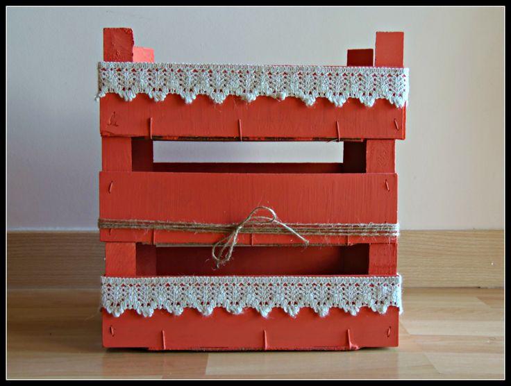 Un DIY amb caixes de maduixes pintades i decorades amb puntilla de sac i cordill.