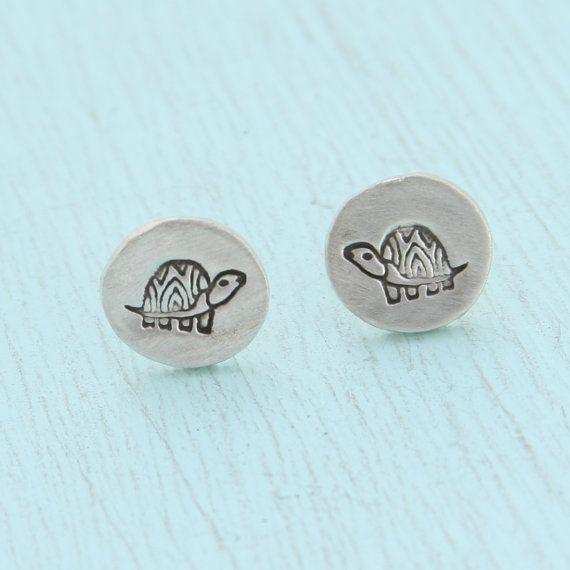 SCHILDPAD hengsten, illustratie door BOYGIRLPARTY, eco-vriendelijke zilveren oorbellen.  Handgemaakt door chocolade en staal.