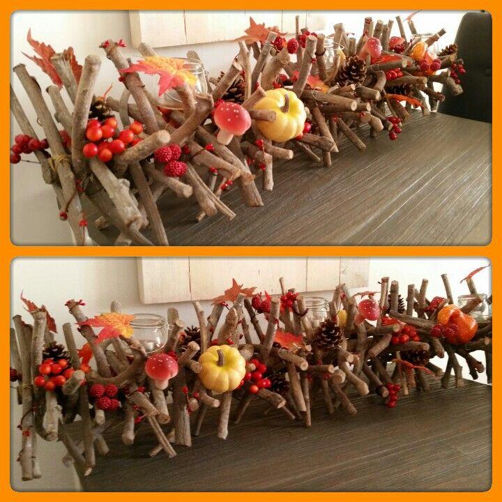 Herfstdecoratie in een takkenbos.