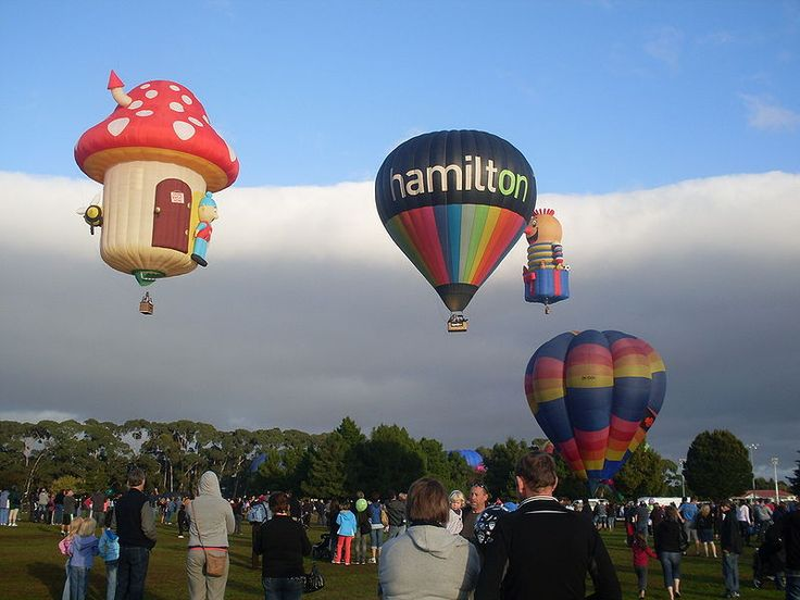 Every fall (March-April) New Zealand hosts the Balloons Over Waikato hot air balloon festival in Hamilton, which attracts professional pilots  ballooning enthusiasts from all over the world // photo from BOW 2010