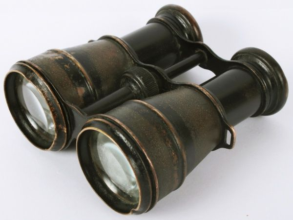 Binóculo francês  Auto  Marque Iris de Paris, anos 1940. Peça antiga, para coleção, apresenta mancha em uma das lentes e marcas de uso. No estado.