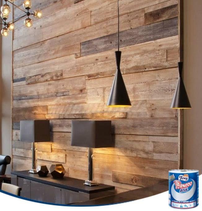 Podemos revestir una pared de madera utilizando las tablas de unos viejos palets. ¡Un poco de barniz y listo!