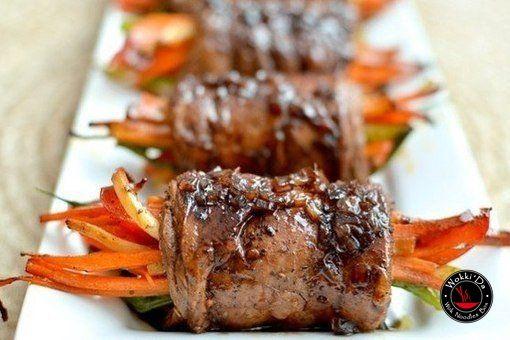 Роллы из говядины с овощами Ингредиенты: ●8-10 тонких нарезанных кусочков филе говядины ●Соль и перец (по вкусу) ●3 столовые ложки соуса Вустершир ●1 столовая ложка оливкового масла ●любимые специи для мяса Для начинки: ●1 морковь ●1 сладкий перец ●1/2 кабачка (в зависимости от размера) ●5-6 перьев зеленого лука ●2 зубчика чеснока ●1 чайная ложка итальянской приправы Для бальзамической глазури: ●2 чайные ложки сливочного масла ●2 столовые ложки мелко нарезанного лука-шалота ●1/4 чашки…