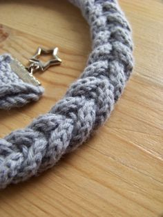 Tags: bracelet, collier, i-cord, noeud, tricot, tricotin, tuto