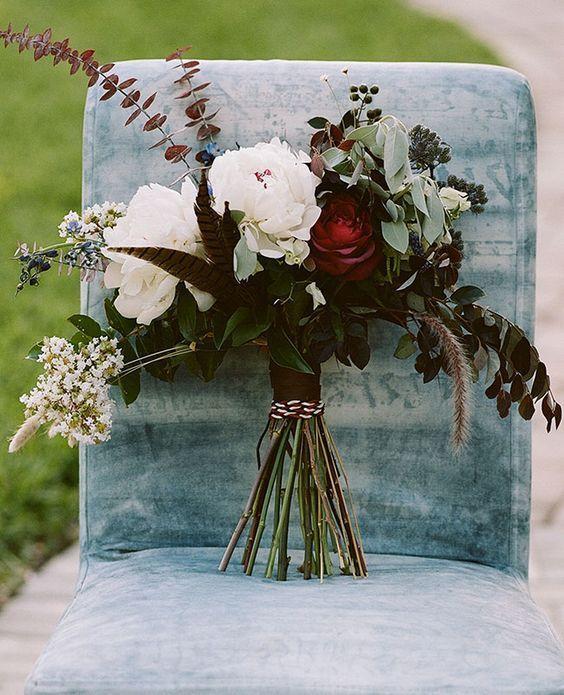 14 dark red roses, greenery and feathers - Weddingomania
