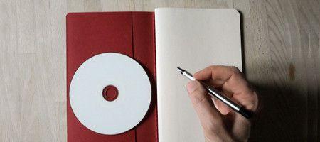 Cdr e quaderno con testi scritti a mano