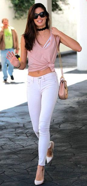 FASHION: Crop topy a bílé kalhoty jsou symbolem tohoto léta! | Marie Claire