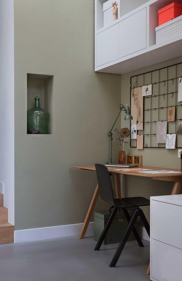 j'aime le bureau tout simple, la grille au dessus pour accrocher ses pensées et inspirations du moment, la lampe indus vintage... épuré mais efficace, avec du style!