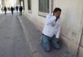 """La commémoration de la """"Journée des martyrs"""" a tourné à la bataille rangée lundi au centre de Tunis. Les policiers ont chassé à coups de lacrymogènes des manifestants désireux de défiler sur la célèbre avenue Habib Bourguiba interdite depuis peu aux rassemblements. Un premier bilan fait état de 15 blessés. Réfugiés dans des cafés ou [...]"""