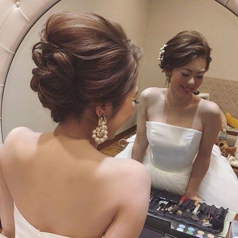 . . 夜会巻き、好きです。 . とくにニュアンスが必要な夜会巻き。 . . お式の時にしたい、憧れのスタイリングだと思います。 . かっちり過ぎず、トップのエアリーなテイストをたっぷり含ませるのが大事。 . 夜会巻きは横からのシルエットも大切ですよね。 . . 大好きです、このスタイリング♡ . . #結婚式#美容師#髪型#ブライダル#ヘアアレンジ#ヘアアクセ#ヘアセット#プレ花嫁#セット#結婚#ハンドメイド#花嫁#編み込み#イヤリング#結婚式準備#前撮り#美容室#ヘアメイク#ウェディング#ヘアスタイル#アレンジ#写真#ブーケ#love#ig_japan#hairstyles#bridal#weddinghair#bridalhair#hairarrange