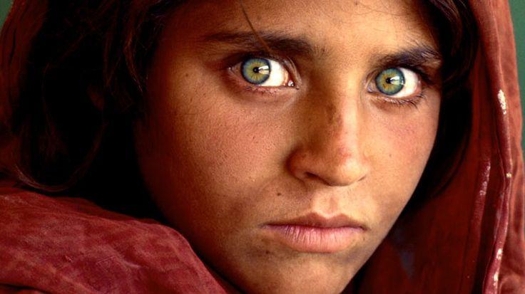 Sahtecilikten tutuklanan 'Afgan kızı' dört çocuğuyla beraber Pakistan'dan sınırdışı edildi