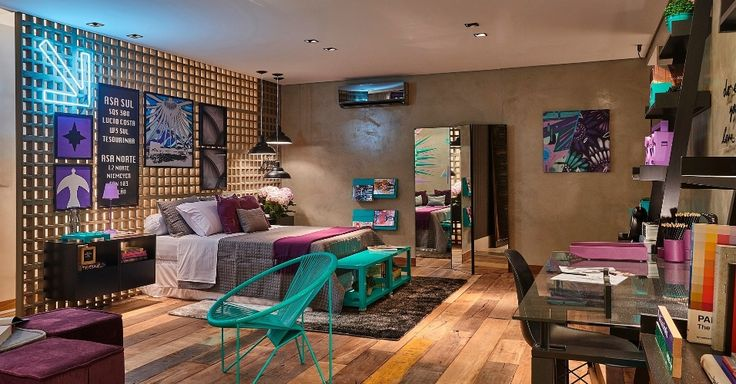 Projeto de decoração de quarto, a proprietária optou por uma parede formada por cobogós de concreto para separar o quarto do corredor de acesso. A divisória retrô - que serve também como cabeceira - é uma boa saída para delimitar espaços de forma permanente e fluida