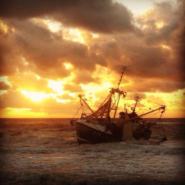Deze foto heb ik tijdens zonsondergang gemaakt van de gestrande garnalenkotter Zeebrugge 75. KNRM station petten was tevens betrokken bij deze actie