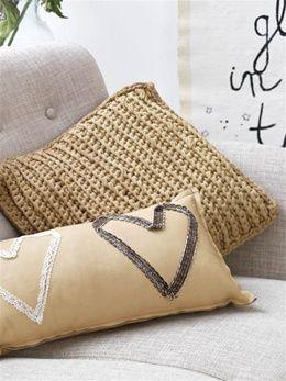 Libelle Haakpatroon Kussen Beso | Hoooked - love the heart pillow design