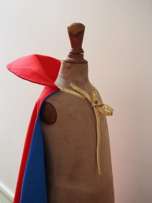 Petit DIY patron cape de super héros pour un déguisement facile à faire pour vos petits héros à faire lors d'un week-end de pluie ou pour un anniversaire.