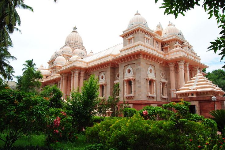 Domes of the Universal Temple at Sri Ramakrishna Math. Image by John Noble / Lonely Planet.