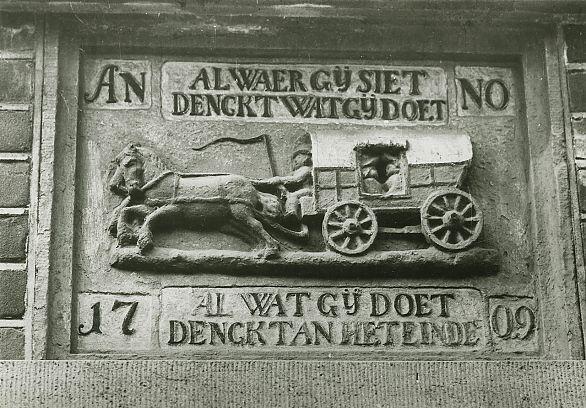 Gevelsteen uit 1709 met bespannen huifkar en tekst, Nieuweweg, Groningen. Foto: P.B Kramer, GrA (1785-03235)