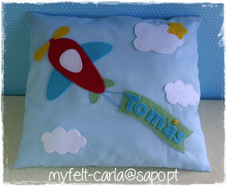 Imagem de http://2.bp.blogspot.com/-6OqCB8Yw4-M/UjXyhPwE0lI/AAAAAAAAGPY/Rs0xrggUh54/s1600/almofada+tecido+aplica%C3%A7%C3%B5es+feltro.JPG.