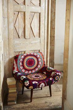 D'inspiration bohème chic, ce fauteuil est rehaussé de quelques touches de bordeaux.