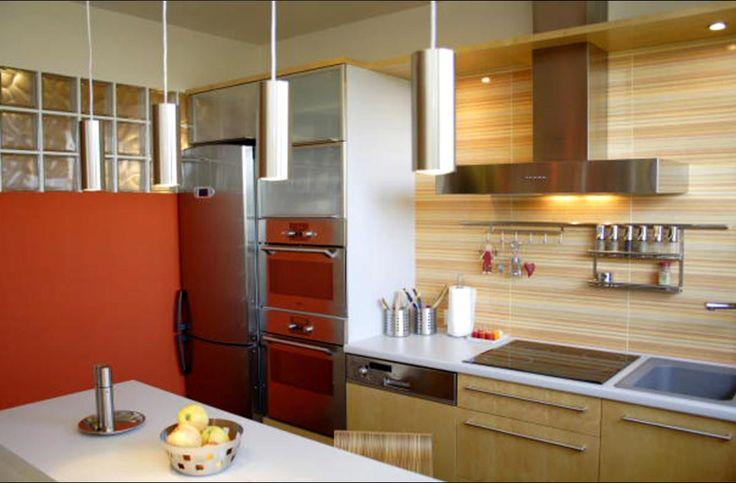 Podkrovná kuchyňa v prírodnej farbe v tvare U sa ťahá pod oknom so zaujímavým pozdĺžnym sedením so šik stoličkami. 🙂👀💓