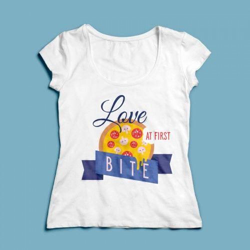 T-shirt Love at first bite | Een 100% katoen single jersey t-shirt verkrijgbaar met v-hals of ronde hals met een opdruk voor zowel dames als heren! In diverse maten verkrijgbaar.  #kleding #textieldruk #textielprint #opdruk #print #eigenprint #damesshirt #herenshirt #tshirt #shirt #liefde #loveatfirstbite #tekst #pizza #honger #snack
