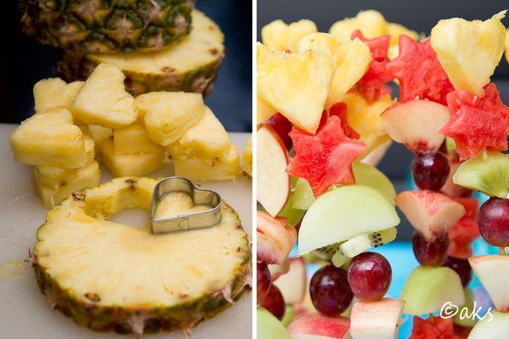 Fruktsallad på pinne. Ta ut hjärtan och stjärnor med pepparkaksformar. Lite festligare och nyttigt på barnkalaset.