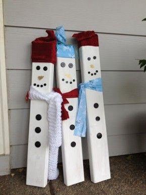 Sneeuwpoppen gemaakt van een paar planken