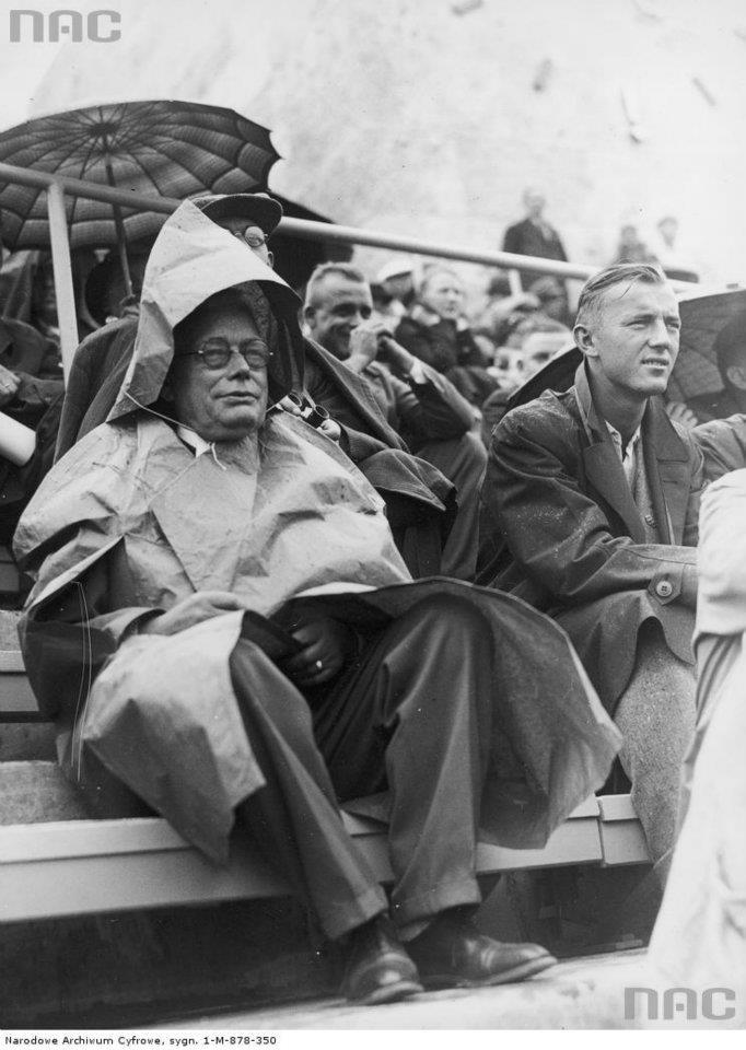 Letnie Igrzyska Olimpijskie w Berlinie, kibice w deszczu oglądają zawody sportowe, 1936