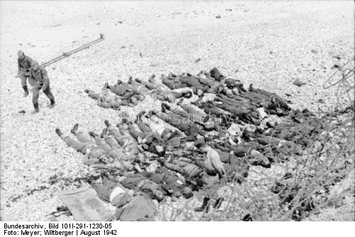 Dead Allied soldiersmostly British and Canadianleft on the beach after the failed Dieppe Raid. Aout 1942