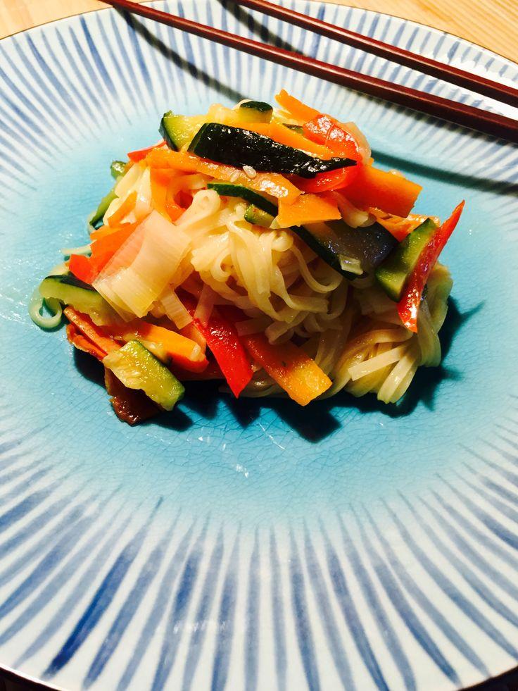Spaghetti  di riso con verdure e zenzero . Rice noodles with ginger And vegetables