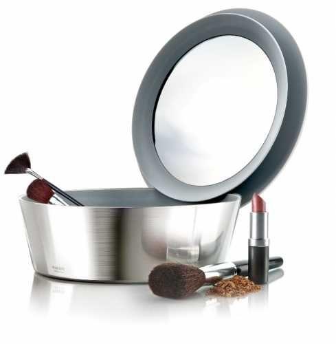 EVA Aynalı Makyaj Kutusu Bayanların makyaj malzemelerini, erkeklerin ise traş takımlarını koyabilecekleri harika bir tasarım.  Aynalı kapağı patentli ve her taraftan açılabilme özelliğine sahip ve kendi kenarında entegre bir şekilde durabiliyor.  Katıldığı bir çok tasarım yarışmasında topladığı ödüller hem işlevselliğini hem de kalitesini kanıtlıyor. H: 7 cm  Ø : 22 cm