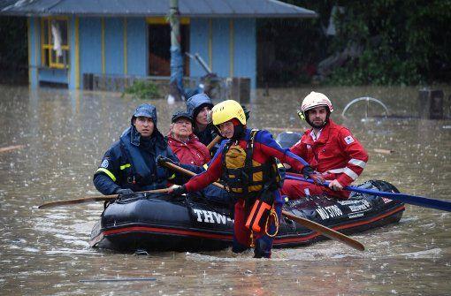 Mitarbeiter der Wasserwacht des bayrischen Roten Kreuzes evakuieren Bewohner der…