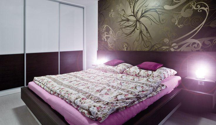 Interiér ložnice s výraznou tapetou
