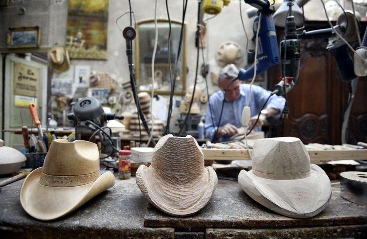 Lorenzo Ré hat einen seltenen Beruf: Der Franzose fertigt Hutformen, unter anderem für berühmte Modemarken wie Dior, Chanel oder Givenchy - und für Queen Elizabeth.