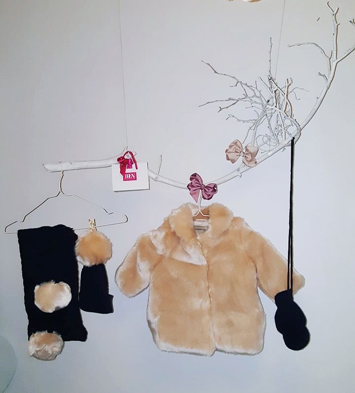 Tusen tack @byengberg för ditt fina bemötande. Det var trevligt att få träffa dig och kunna äntligen få shoppa fin fina saker till min prinsessa just i din butik ♡ Liyana fick med sig en ursöt päls jacka, mössa och halsduk från #hucklebones#london & värmande cashmere vantar från #leslutins#paris 😍💋 REKOMMENDERAR HENNES BUTIK STARKT för unika fina kläder till tjejer i ca 35 olika märken ❤ #babyinspo#babyfashion#girlinspo#fashionista