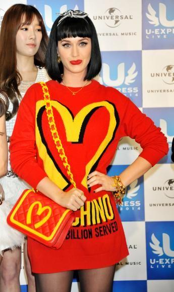 No Japão, Katy Perry usa roupa inspirada em uniformes de rede de fast food