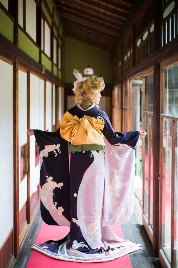 『古代紫片身替波頭紋』正面の片身の色が異なり、全体に入った波の文様と波間に散らした金駒刺繍の菊がクラシカルな中に粋な印象を添えた引き振袖。色打掛と重ねると胸元の色味が華やかになります。