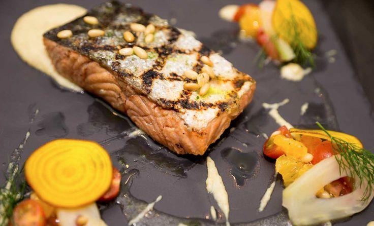 Salmón en madera de cedro.  Puré de hinojo, relish de jitomate cherry, vinagreta de champagne y segmentos de naranja, aceite de hinojo.  #Salmón #Orange #Foodie #Food #Deli #Restaurant #Condesa #DF #CDMX #México