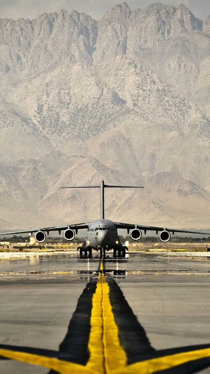 Boeing-C-17-Globemaster-III-Airfield-iPhone-Wallpaper
