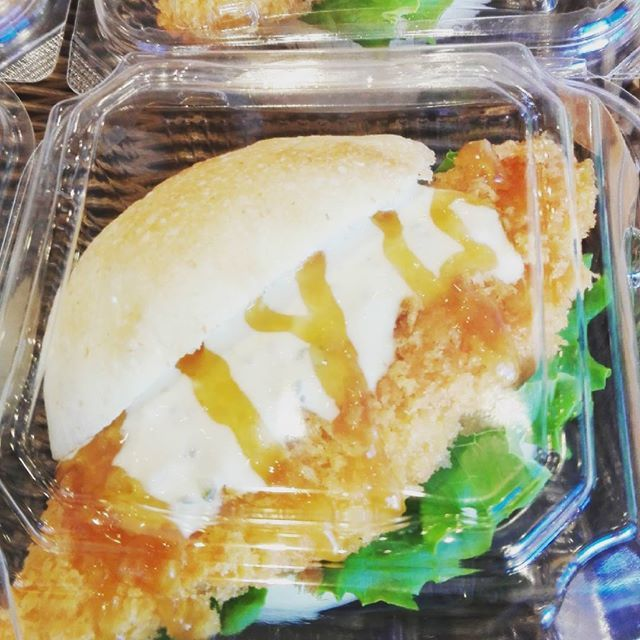 【新作 フィッシュフライ生姜バーガー】  本日より新たなバーガーが加わりました✨白身魚をたっぷりのタルタルソースとジンジャーソースでお召し上がり下さいね✨ #高槻 #ベーカリー #popeye #新作 #フィッシュフライ生姜バーガー #ランチ #美味しい #ぱんすたぐらむ焼きたてベーカリー ポップアイ/焼きたてベーカリー POP EYE