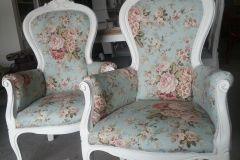 Een prachtige en eenvoudige fauteuil, op maat gemaakt voor Plopsaland in België. Zoek een stoel naar wens uit onze voorraad, een eigen stof uit een heel breed assortiment en een kleur verf voor het houtwerk. Wij stofferen de stoel zoals u het wil hebben.